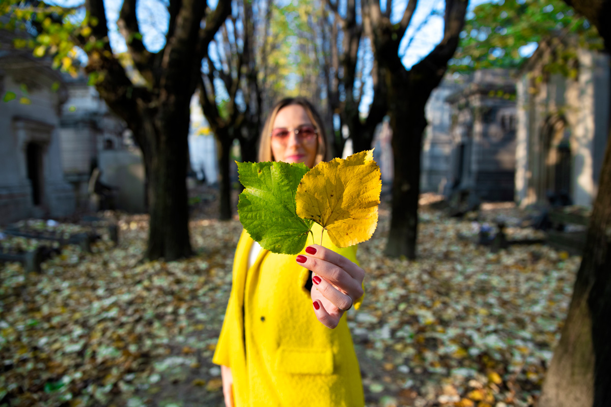 Tugce holding leafs on Milano during autmn