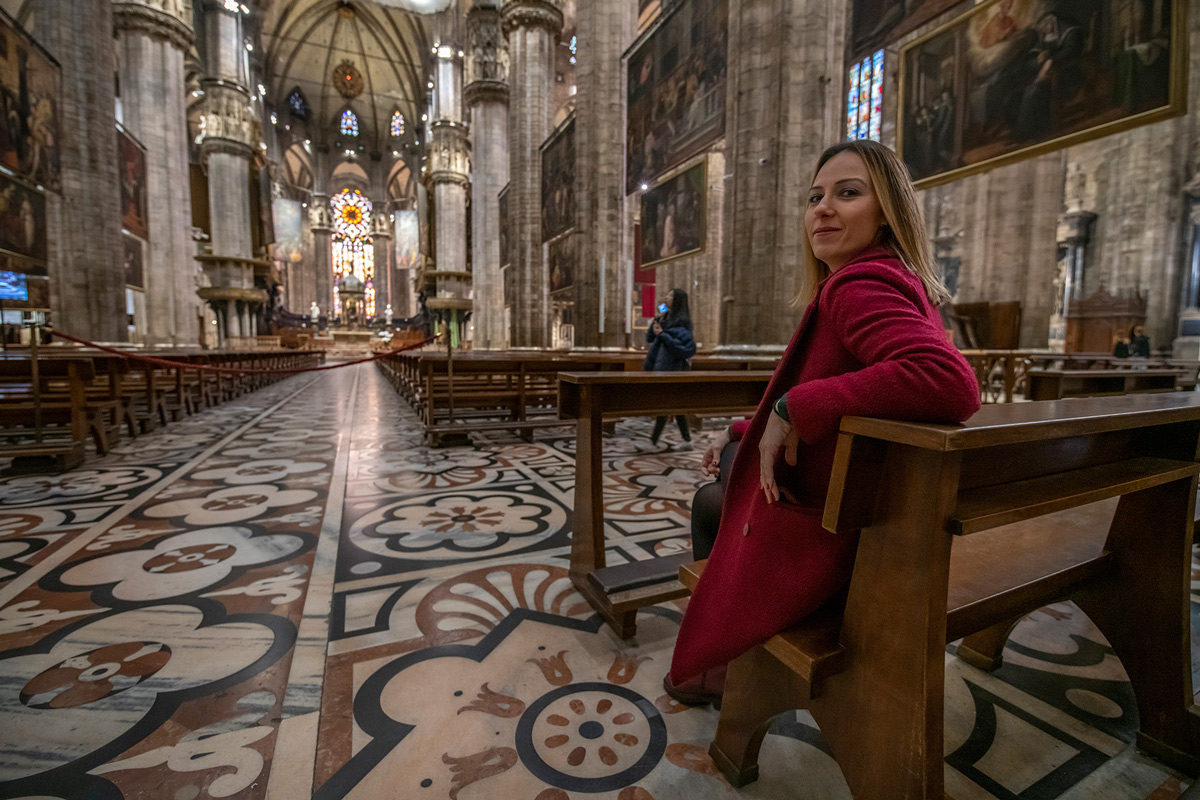 Tugce sitting on a banch in Duomo di Milano